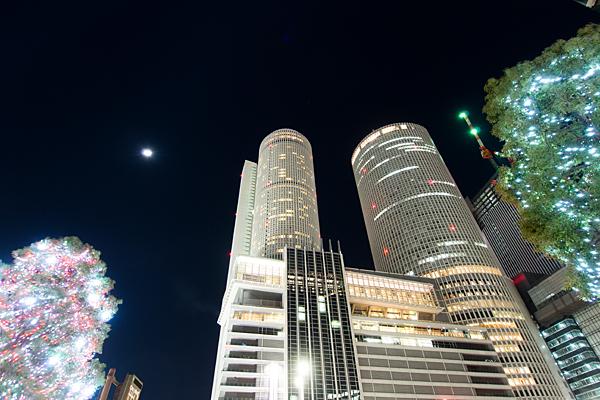 ツインタワーと半月