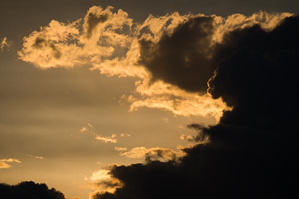 黄金色の空と黒い雲