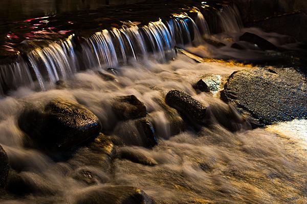 川の流れと街明かり