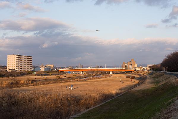 河原で凧揚げ