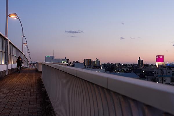 橋と自転車女子高生