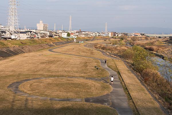 矢田川の河原とランナー