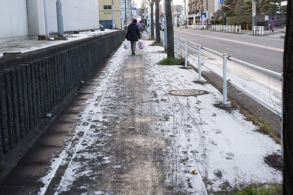 雪の残る舗道