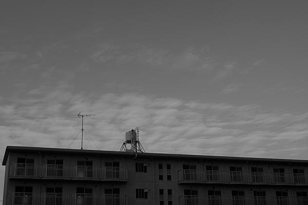 無人の団地と配水塔