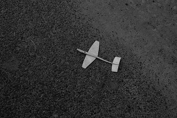 道に落ちていた紙飛行機