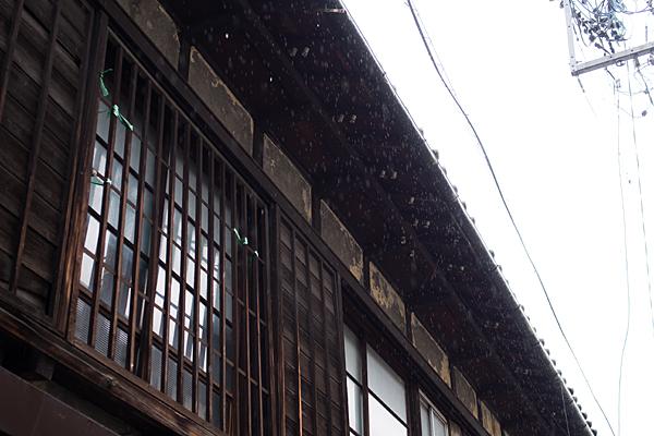格子戸の家と雨