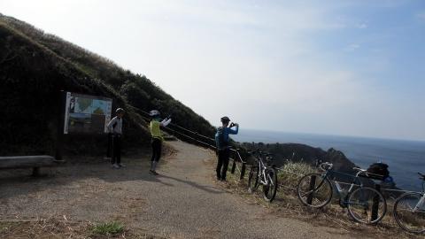 あいあい岬で記念写真を撮る部員達