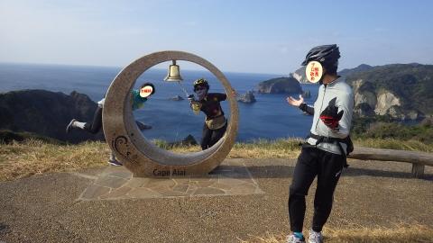 あいあい岬のチャペルでおどける二人とあきれる部長