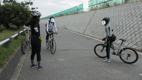 お互いの自転車に乗って自転車談義
