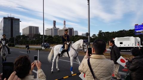 二重橋を渡って入場します。白馬に乗って皇宮警察の方かしら?