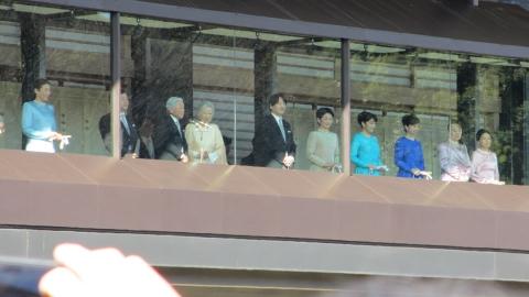 天皇陛下お出まし~光学ズームめいっぱいで撮影。
