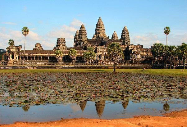 アンコールワットはアンコール遺跡の一つで、カンボジア国旗の中央にも同国の象徴として描かれている。