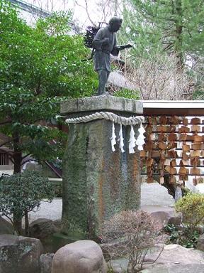 境内の二宮金次郎像