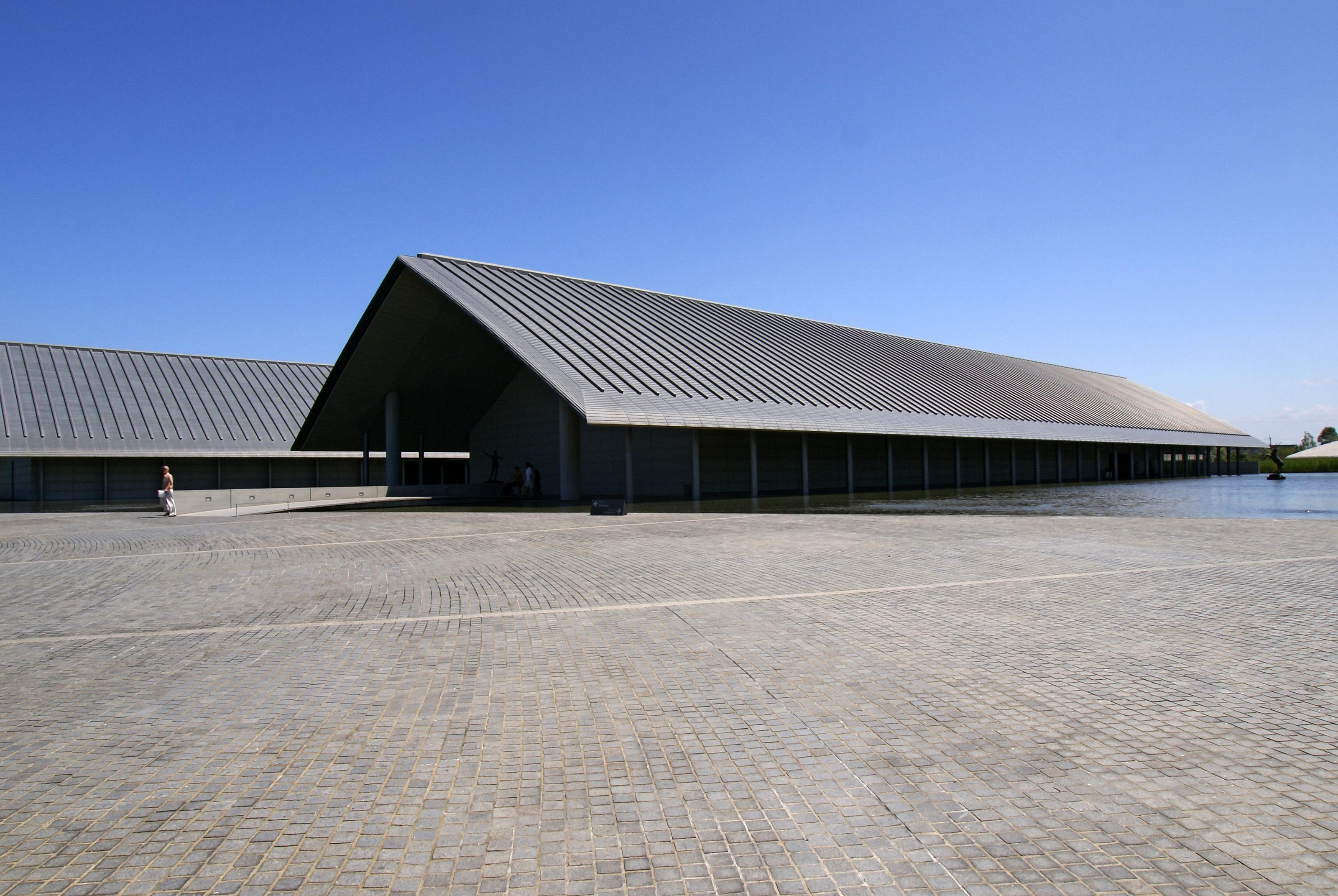 切妻造の現代建築の例(佐川美術館)