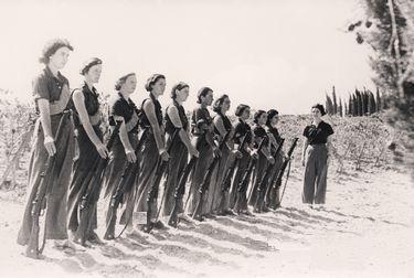 第一次中東戦争中、キブツ「ミシュマール・ハエメク」で訓練を受ける女性たち
