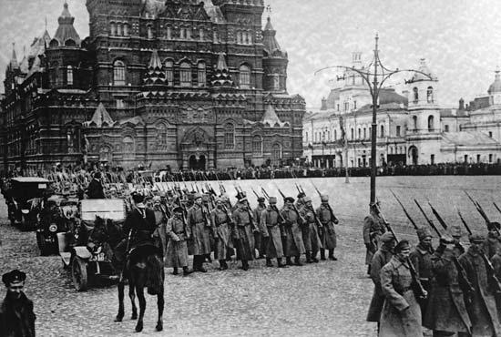 赤の広場を行進するボリシェヴィキ軍 1917年