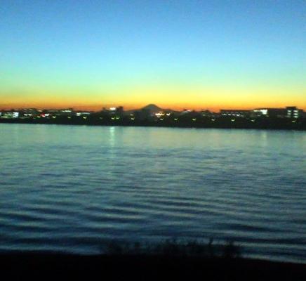 11月4日葛西臨海公園からサンセット時に見る荒川河口口対岸に映える富士山のシルエット トリム版