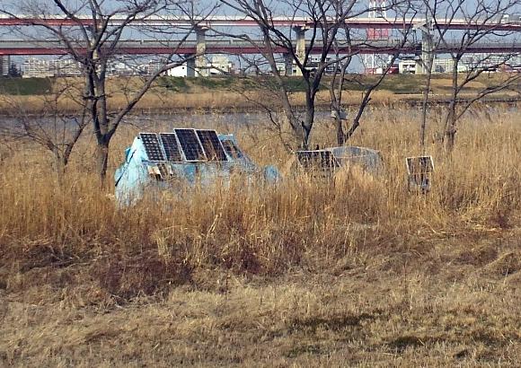 荒川河川ブルーシートテントにソーラーパネル