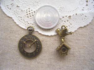時計、鶏小屋とハト