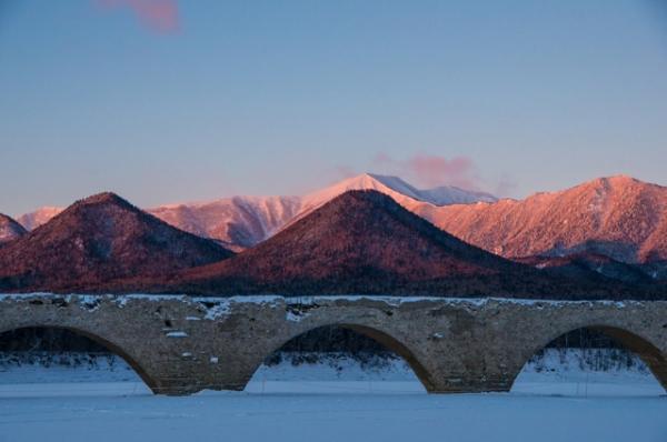 赤い山と橋