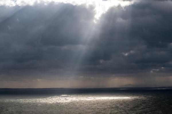 光さす日本海