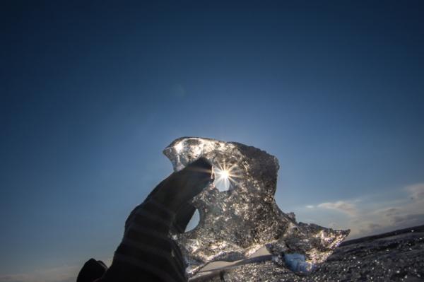 氷の穴にピカッ