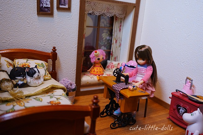 Himeno in dollhouse with sewing machine DSC08224_Fotor