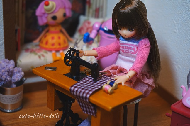 Himeno with sewing machineDSC08235_Fotor