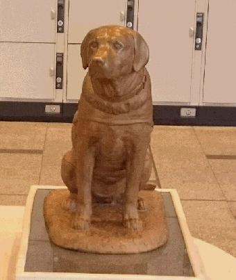 シンシアの銅像