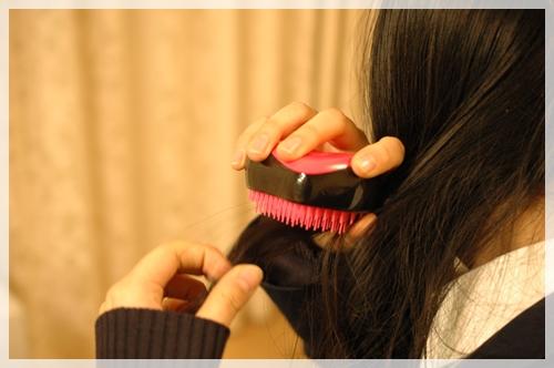 コンパクトスタイラーで髪を梳かす
