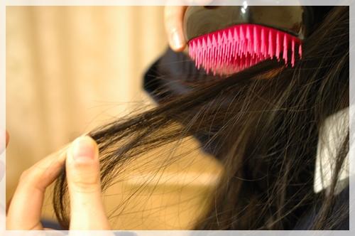 コンパクトスタイラーで髪を梳かす2