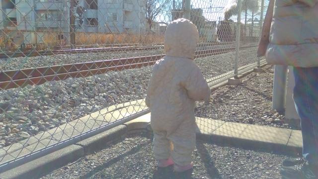 娘、初めて動く大きな汽車を見る