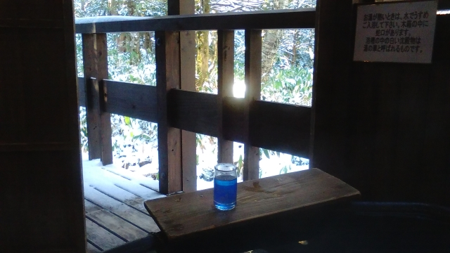 硫黄の匂い漂う濁り湯客室露天にて