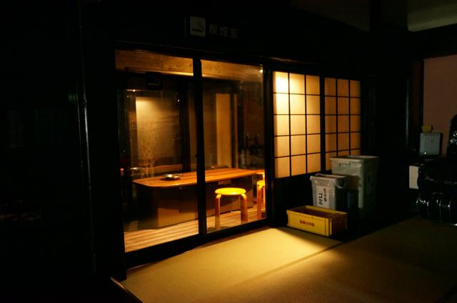 夜の喫煙スペース