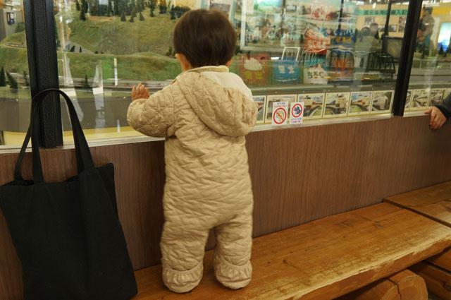 ジオラマを見てけつが揺れる子供