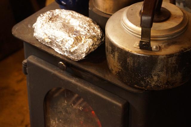 薪ストーブの上で焼き芋