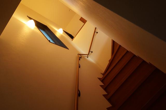 玄関より、階段へ