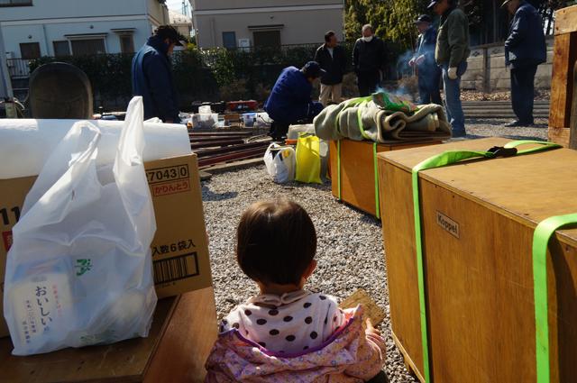 娘、 汽車を見る