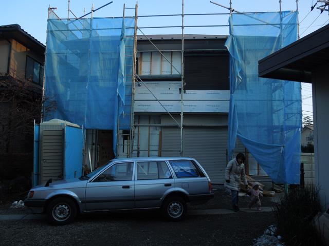 ファミリアと建築中の家