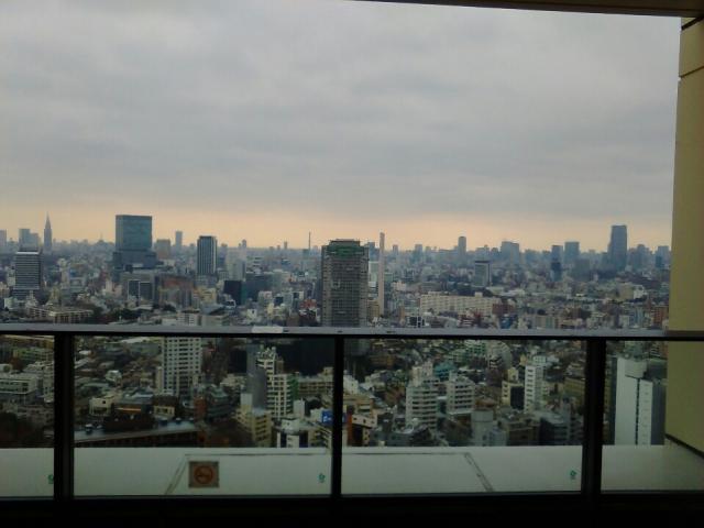 都会を眺めるとある部屋