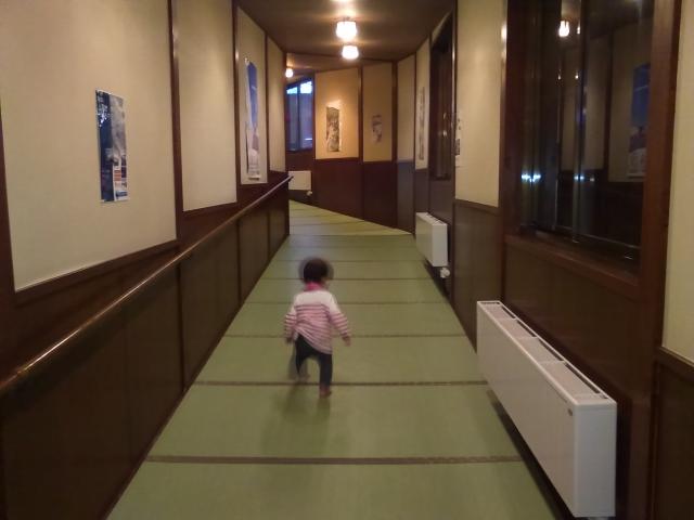 畳敷きの長い廊下