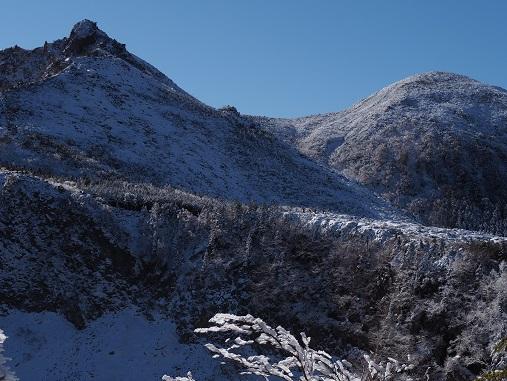 東天狗岳前衛峰と西天狗岳を俯瞰する