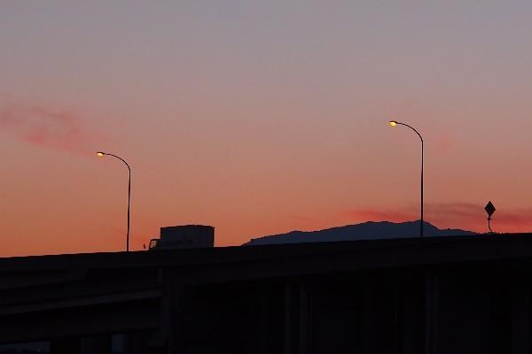 夕景 高速道路を走る貨物車