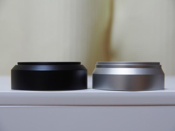 先代のUNメタルレンズフードUN-5558(右)と現行品のUNメタルフードブラックUNX-5364(左)