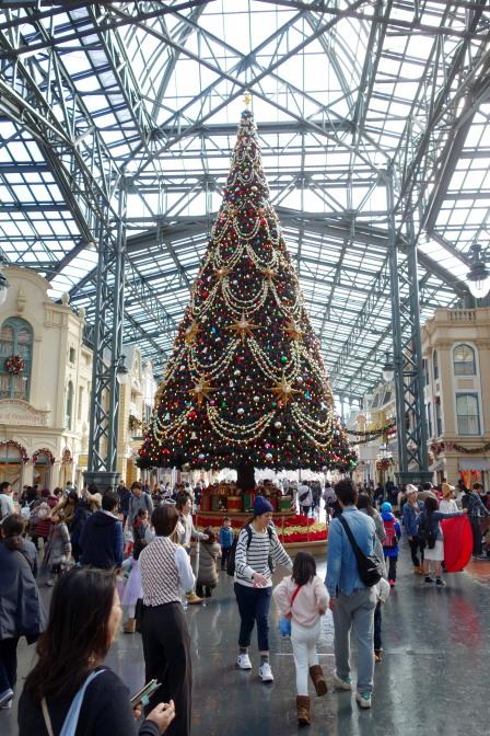 東京ディズニーランドは2015年11月9日~12月25日の期間で「クリスマス・ファンタジー」を開催。ワールドバザール中央にそびえ立つ巨大クリスマスツリー
