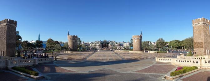 シンデレラ城前から中央広場(プラザ)をはさんでミッキーとウォルトディズニー像(パートナーズ)があるテラスを望む