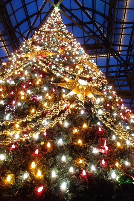 ディズニーランドらしく上品に美しく飾り付けられたクリスマスツリー