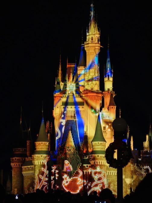 シンデレラ城をスクリーンにディズニー映画の映像が映し出されるプロジェクションマッピング「ワンス・アポン・ア・タイム」。ランド内の抽選機で抽選を行い当選すれば中央広場の鑑賞エリアから見ることができます