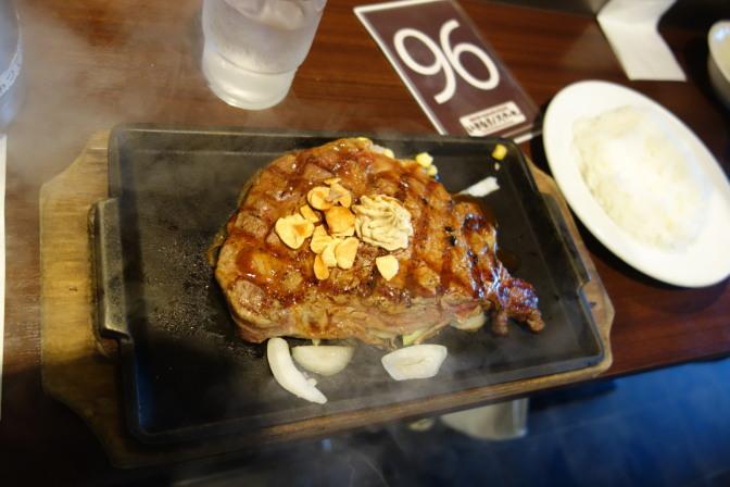 お昼はディズニーリゾートからいったん出て、幕張プレナの「いきなりステーキ」で肉(リブロースステーキ300g!)をむさぼる