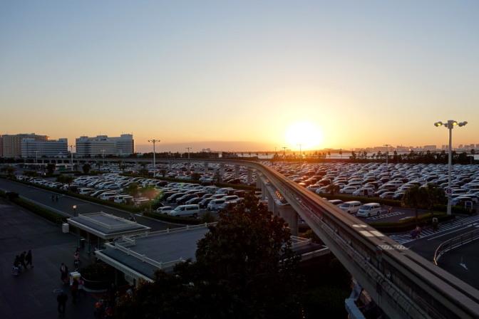 モノレール(ディズニーリゾートライン)に乗ってディズニーシーへ移動。広大な駐車場はこの時間でも満車